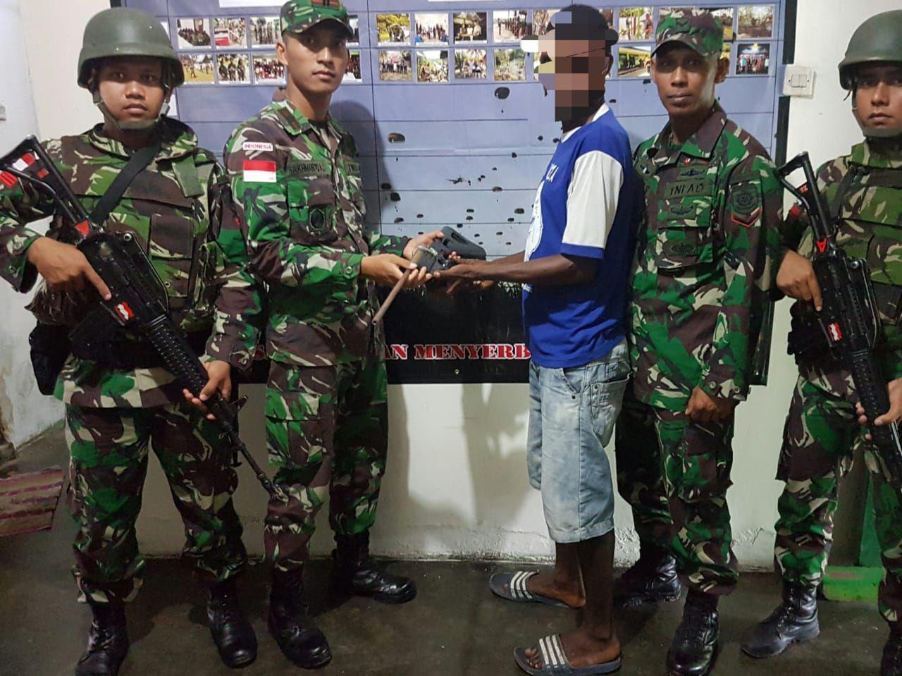 Satgas Pamtas Yonif PR 328/DGH Kembali Terima Senjata Api Rakitan dari Warga